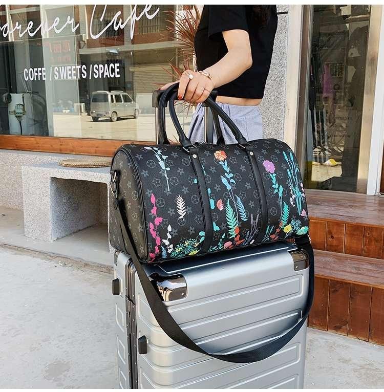 2020夏出新款大牌热卖款式,皮革印花大号桶包,男女通用,大容量旅行包行李袋,网络热销手提包,多色可选