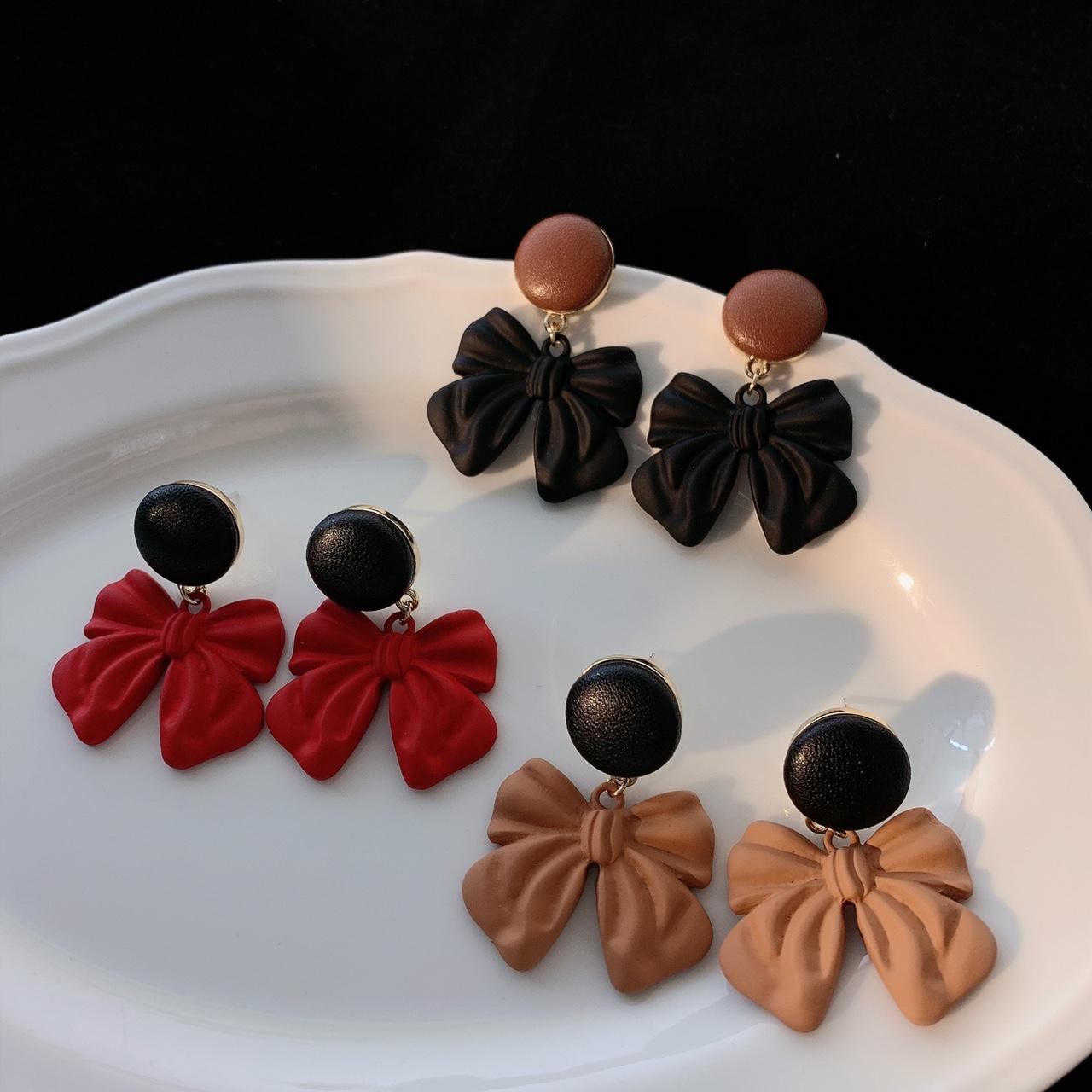 彩色喷漆蝴蝶结耳环,色彩丰富。