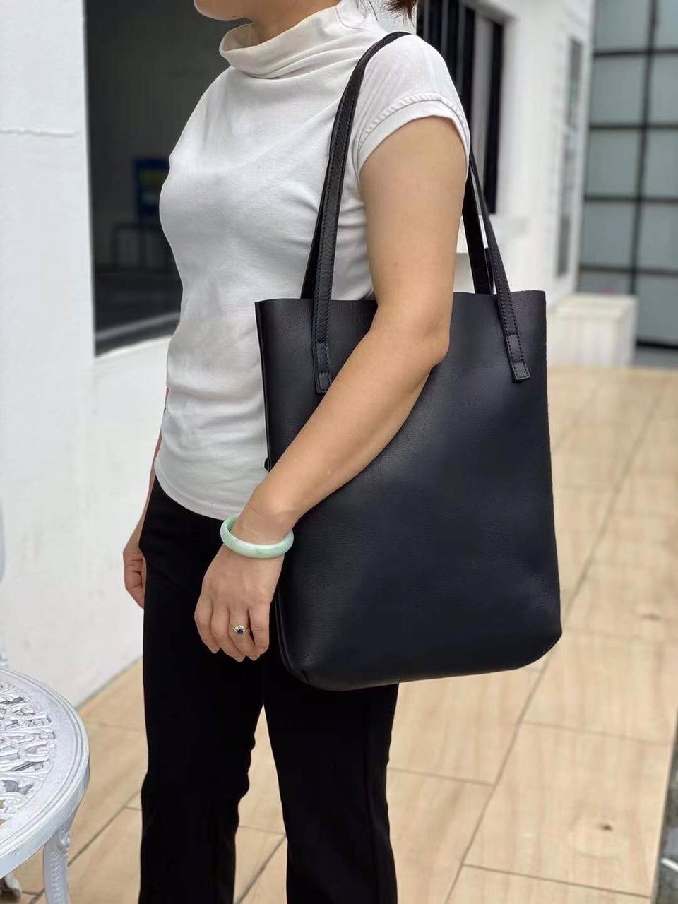 边圆女士背包,秋冬爆款,材质:进口头层牛皮,尺寸:32*5*39CM颜色:黑色模特效果