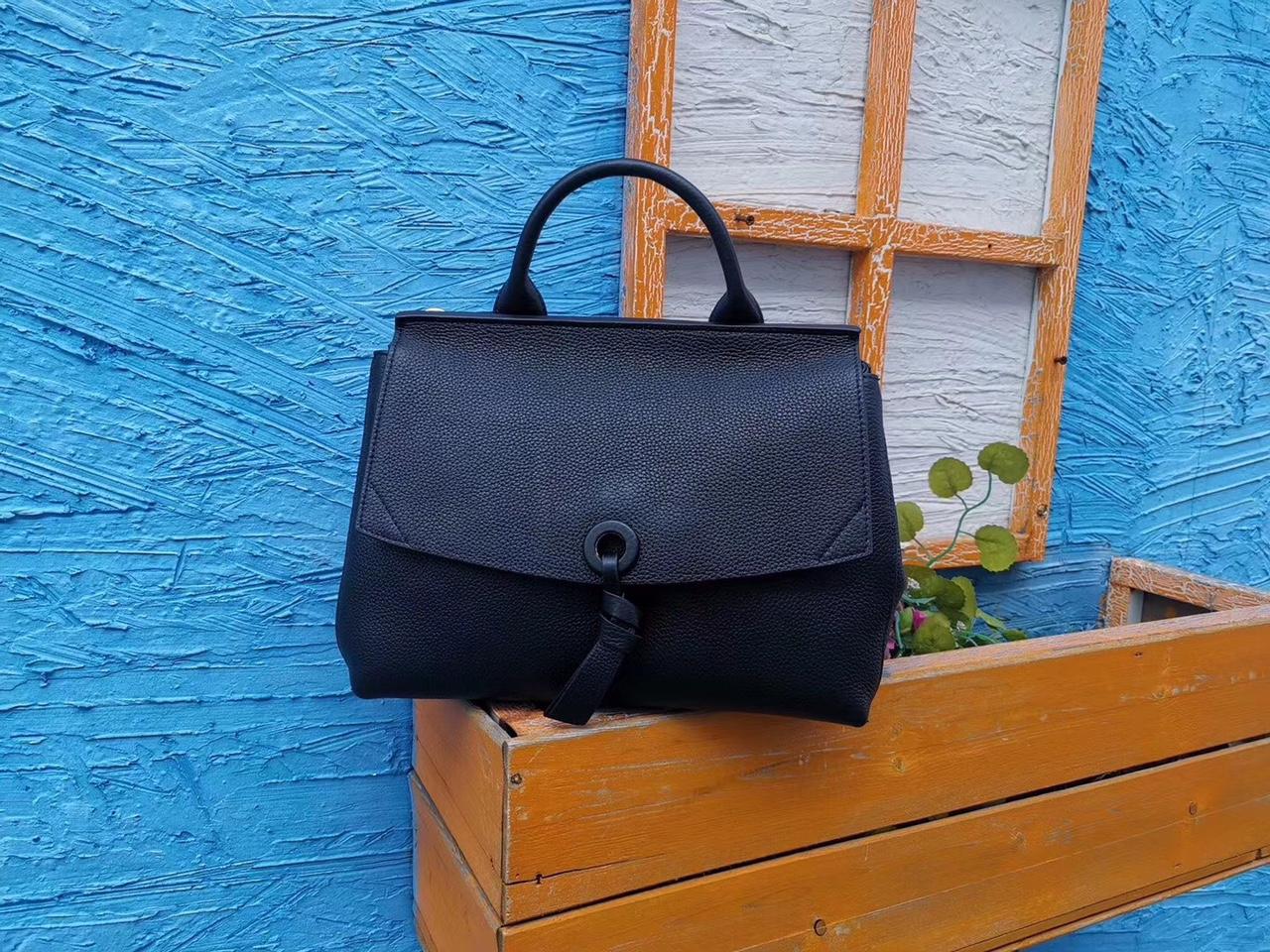 女士手提包可背,多功能,秋冬新款韩版,材质:进口头层牛皮,超级柔软皮,小号尺寸:24*9*20CM颜色:黑色